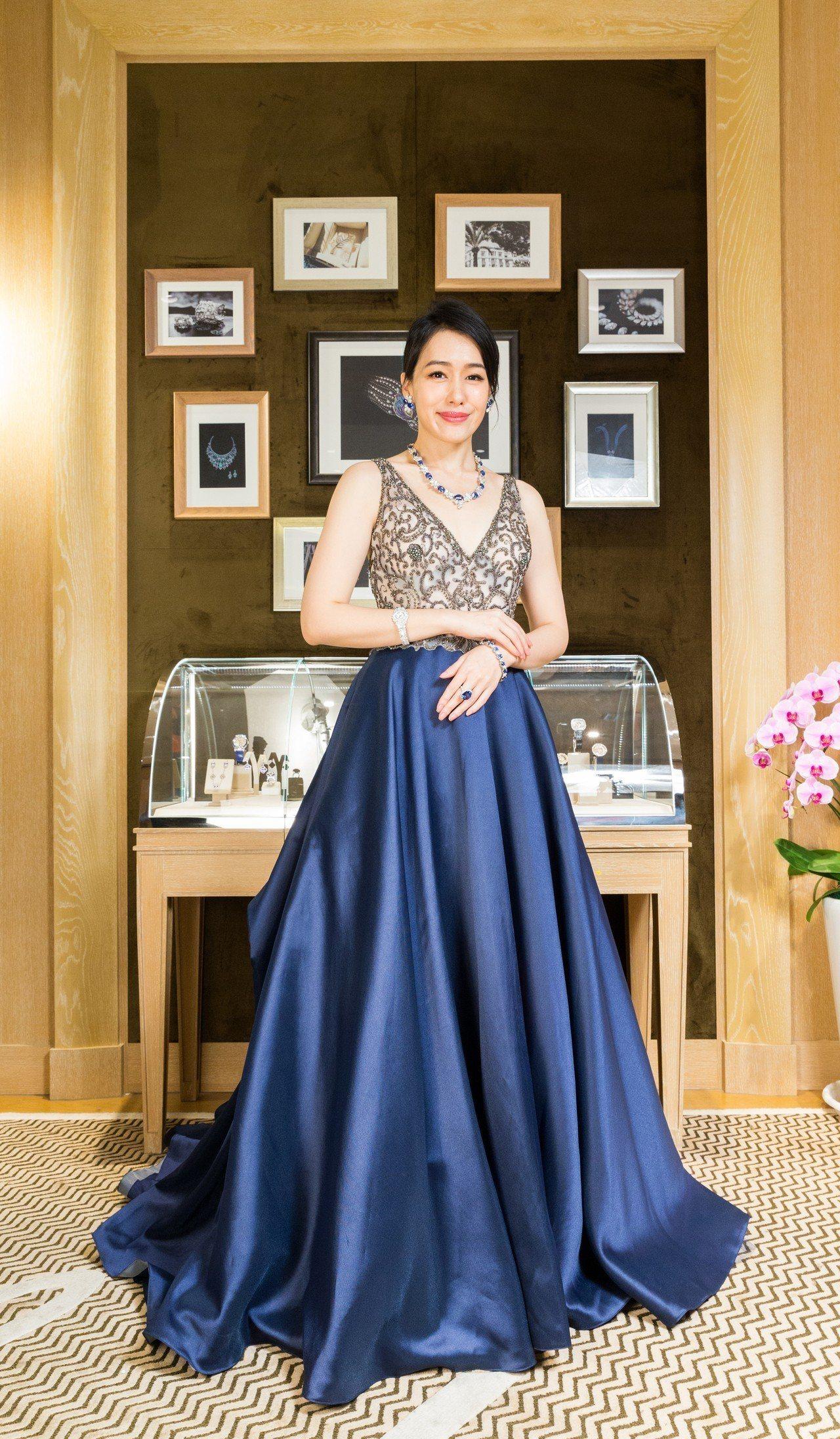 文華花苑總監陳妍嵐配戴總價逾2億元的蕭邦頂級藍寶石珠寶。記者陳立凱/攝影