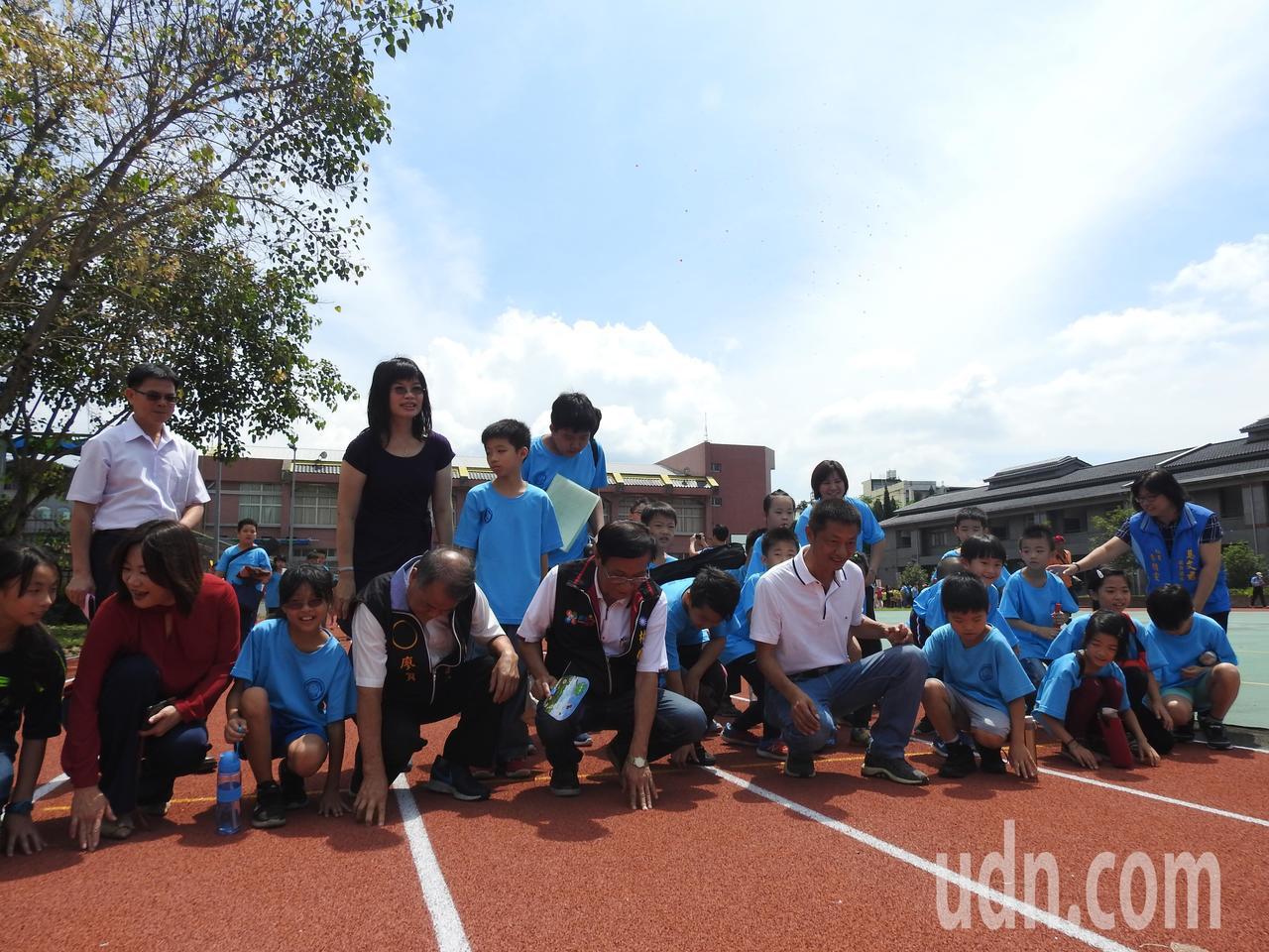 南投縣長林明溱(左5)、立委馬文君(左2)和中寮國小學童開心觸碰全新的PU跑道。...
