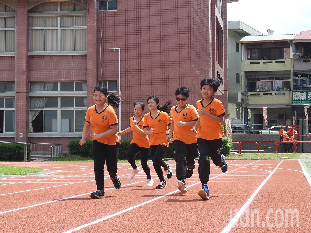 南投縣中寮國小學童看到全新的PU跑道,迫不及待的奔跑體驗。記者賴香珊/攝影