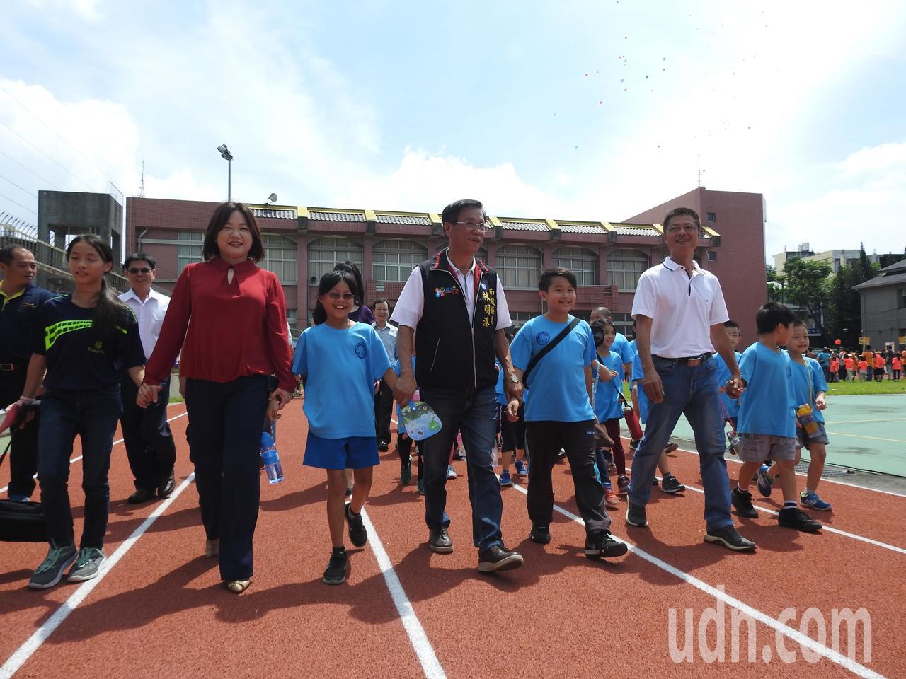 南投縣長林明溱(左4)和立委馬文君(左2)牽著中寮國小學童開心體驗全新的PU跑道...