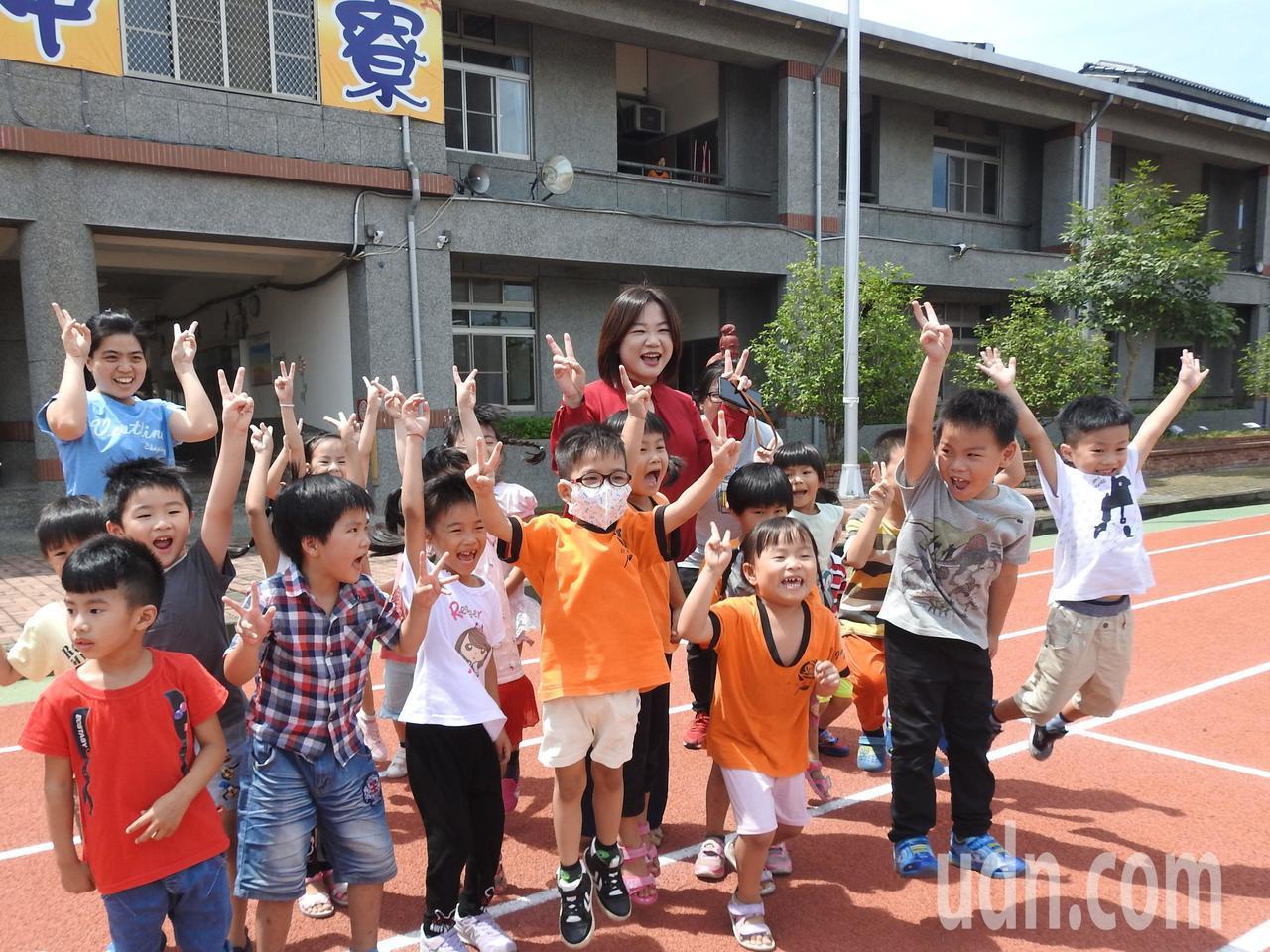 南投縣中寮國小操場PU跑道今落成啟用,校內學童開心的跳躍歡呼。記者賴香珊/攝影