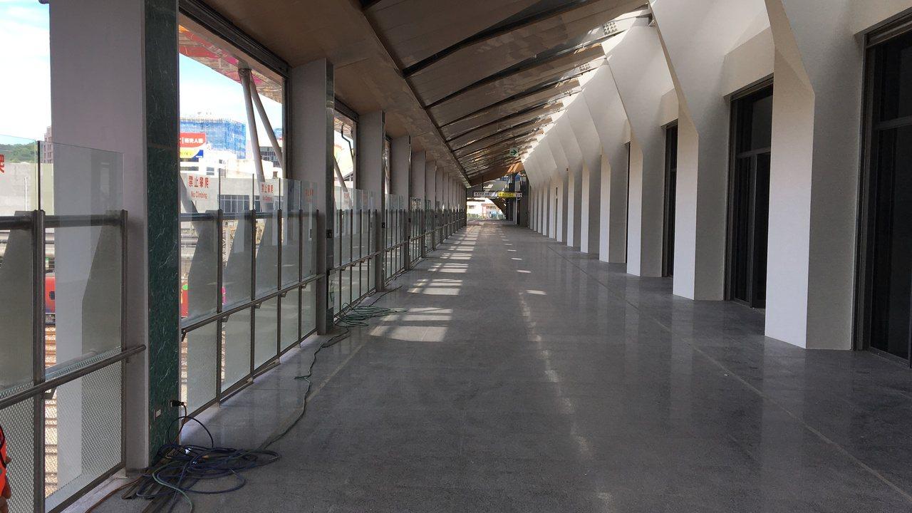 連接前後站的自由通廊,不用買月台票即可通行,便利民眾往返前後站,廊道南側則為商場...