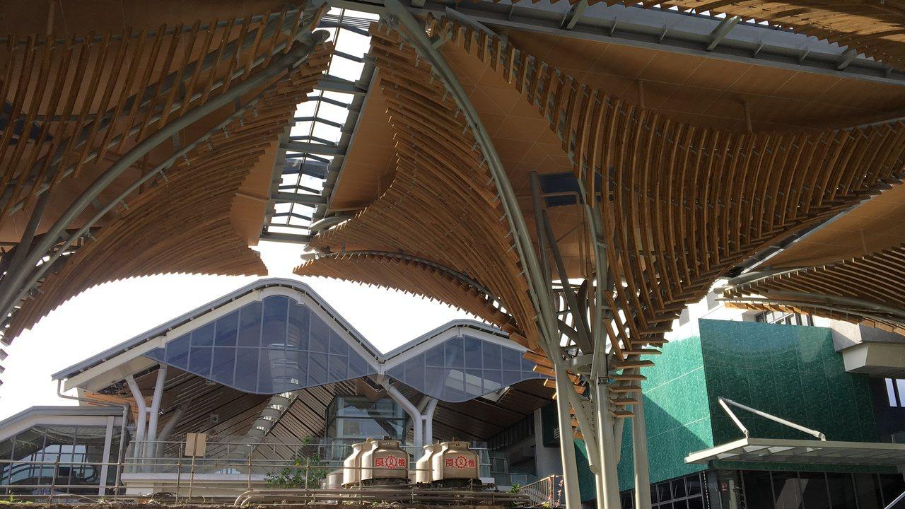 傘型造型的迎賓大傘,有著花蓮「山」和「樹」的意象。記者徐庭揚/攝影