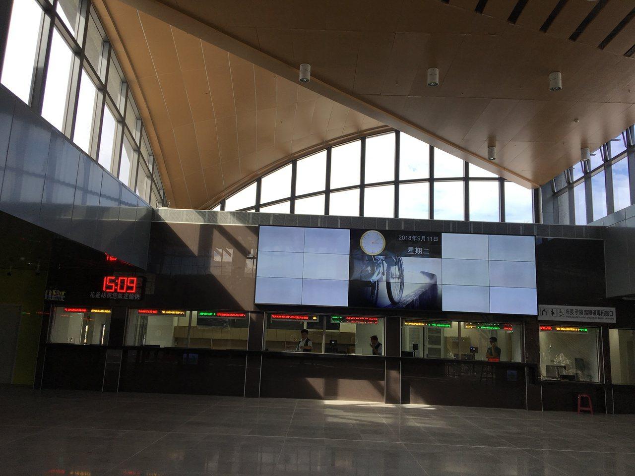 花蓮新車站大廳明亮,設置8個售票口。記者徐庭揚/攝影