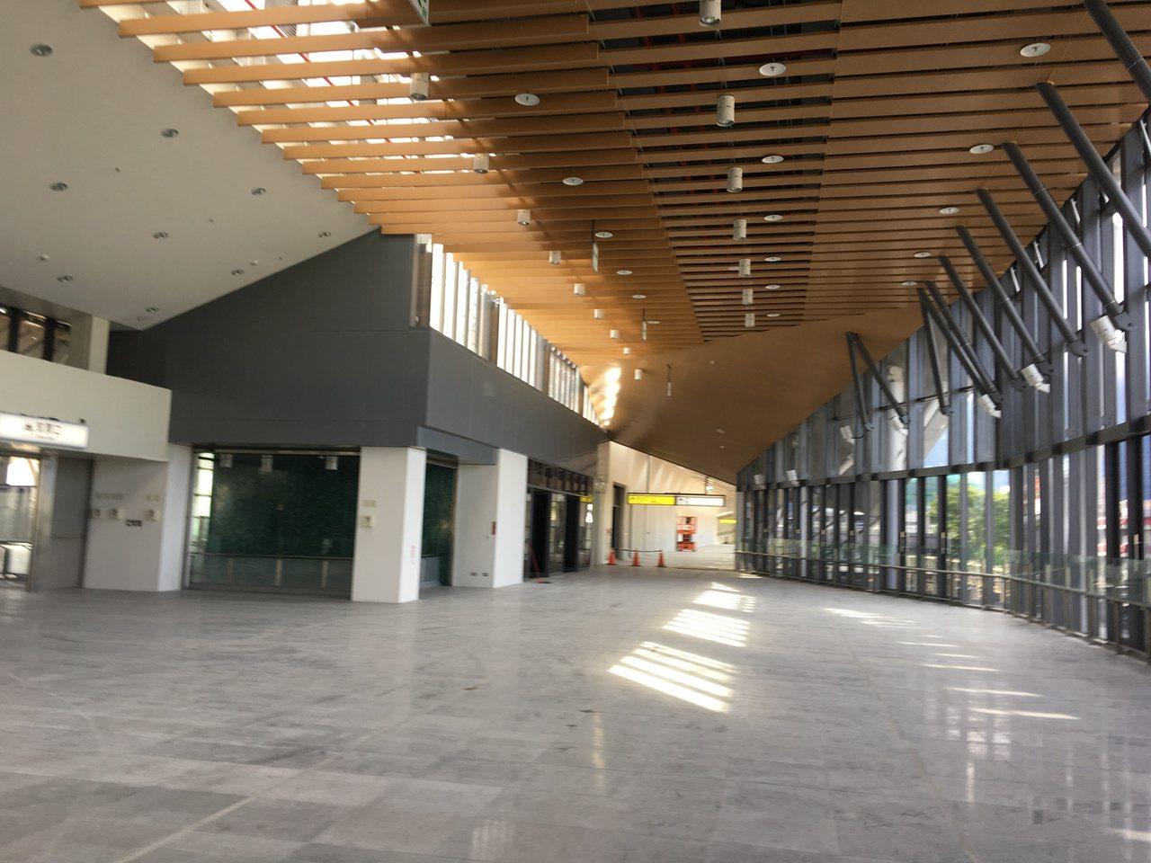 花蓮新車站大廳明亮,配色也十分雅緻。記者徐庭揚/攝影