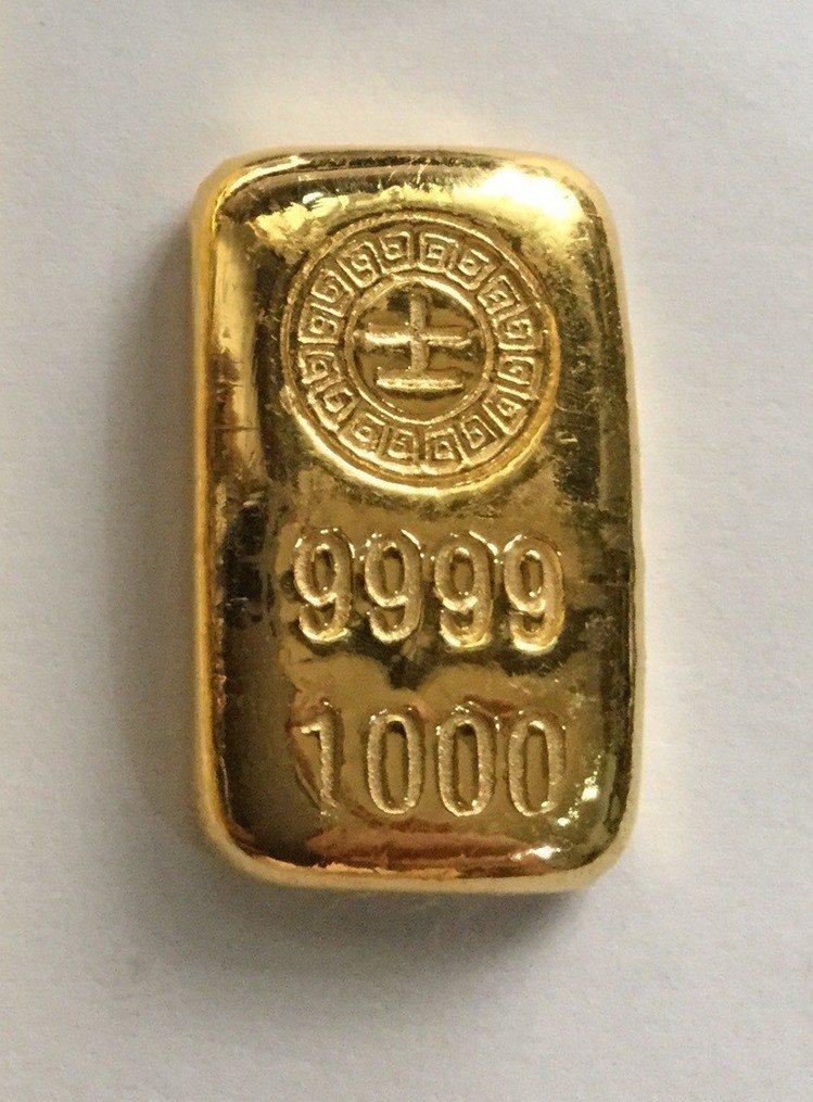 9月12日起至10月9日會員使用400萬點數,可兌換999純金賓士金塊一兩。圖/...