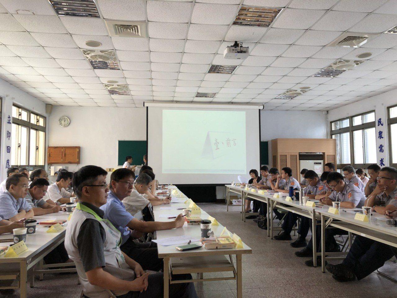 今天竹東轄區各派出所的所長到場,藉此與該轄區的醫師認識,彼此互動熱絡,加強警民關...