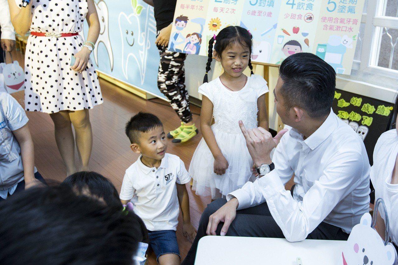 為維護學齡前兒童口腔牙齒健康,新竹市衛生局今年與牙醫師公會合作。圖/市府提供
