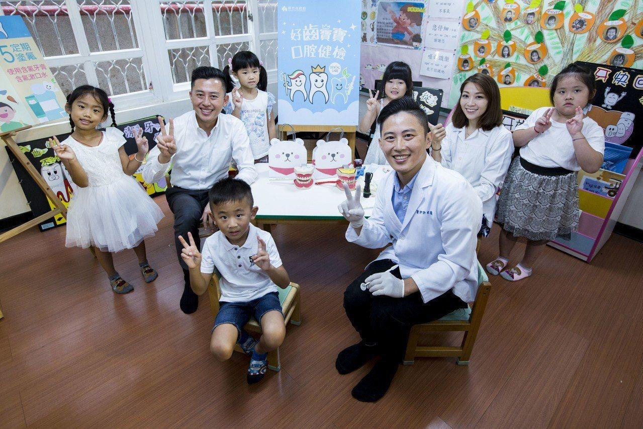 今天現場來幫學童檢查牙齒的明皓牙醫診所許家豪醫師,特別提醒家長預防重於治療。圖/...