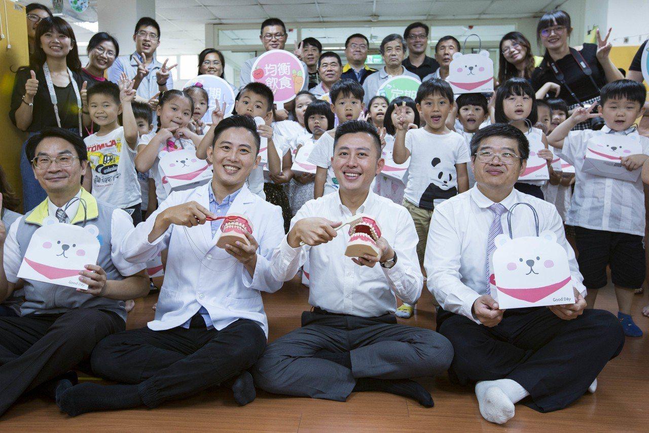 虎林國小附幼的孩子們一早開心與市長相見歡。圖/市府提供