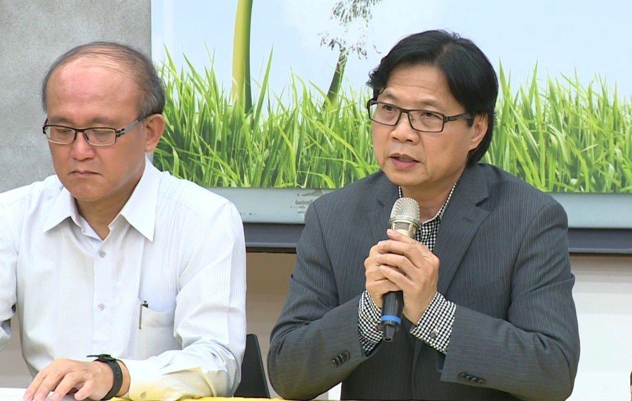 針對台大校長遴選案,今天教育部長葉俊榮(右)召開記者會,要求台大退回5位候選人階...