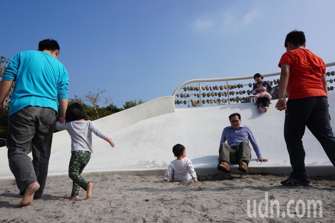 靖娟文教基金會提醒,公共遊戲場潛藏不少危機,呼籲家長帶孩子遊玩時注意安全,圖為公...