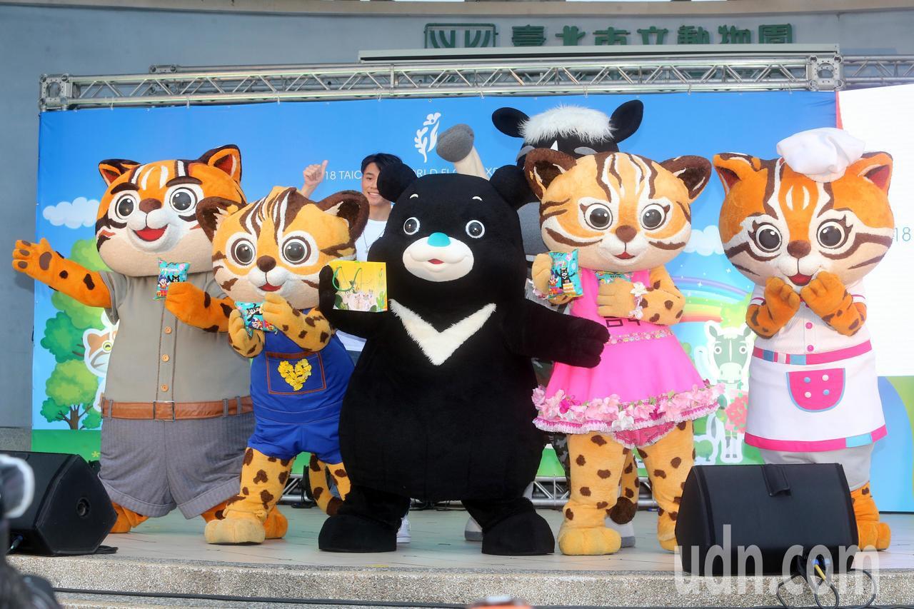 花博吉祥物「石虎家族及歐米馬」跟著台中市長林佳龍前往,台北市立動物園宣傳花博,並...