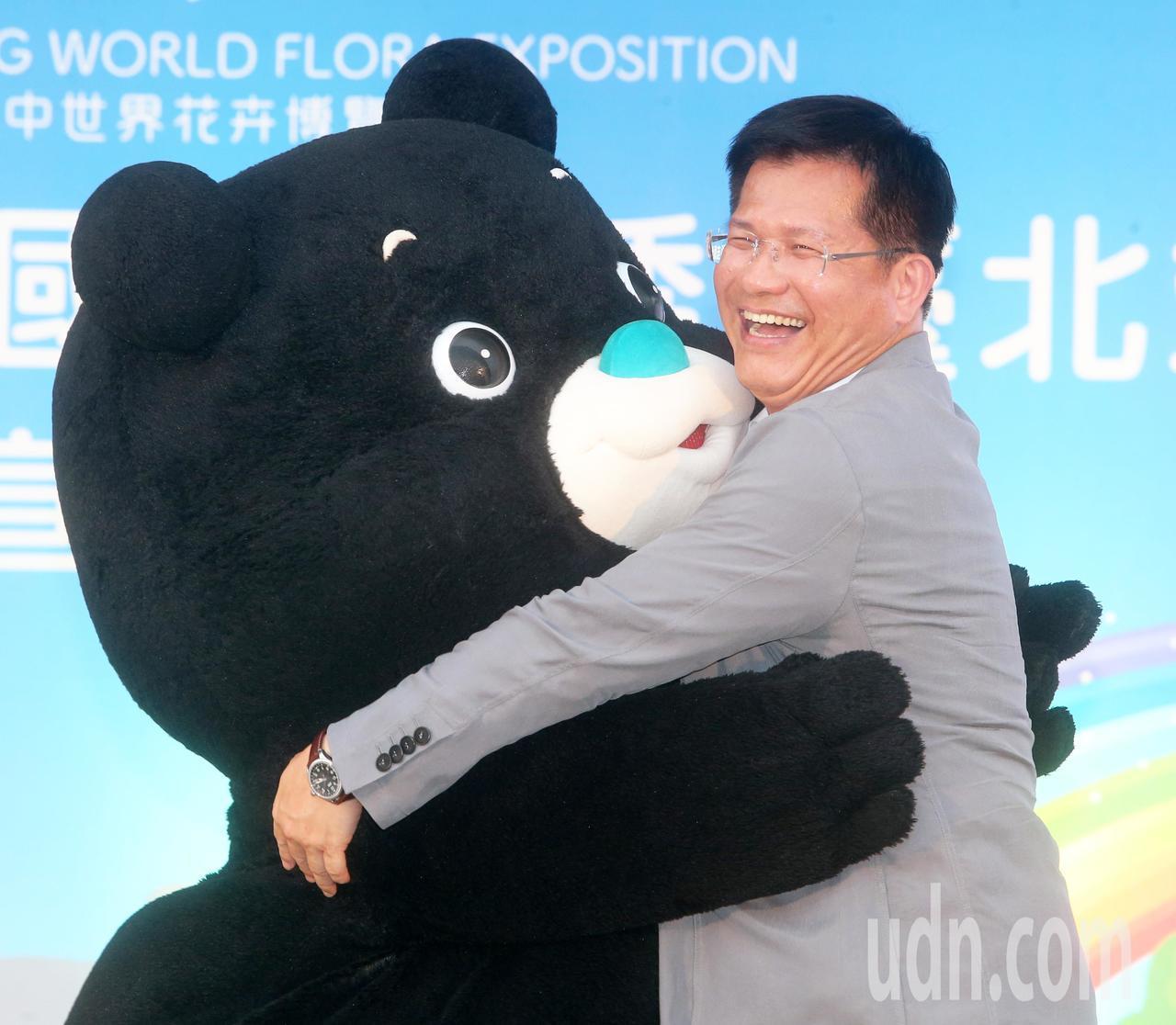 台中市長林佳龍今天前往台北市立動物園宣傳花博,熊讚熱情獻上擁抱。記者胡經周/攝影