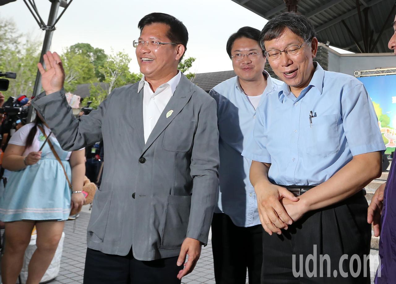 台中市長林佳龍(左)今天前往台北市立動物園宣傳花博,並與台北市長柯文哲(右)、基...