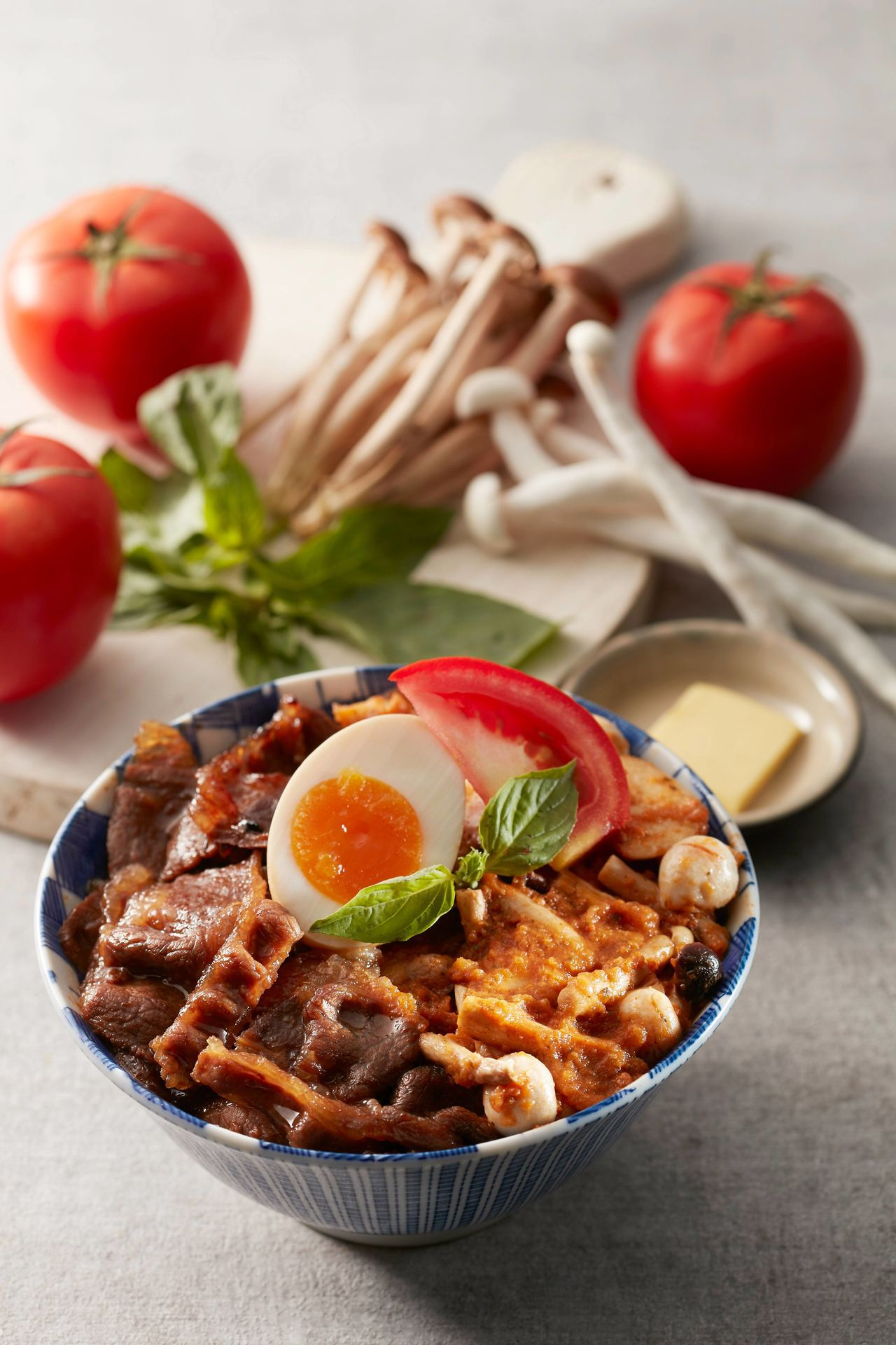 開丼首次針對義式口味推出的西西里紅醬燒肉丼。圖/開丼提供