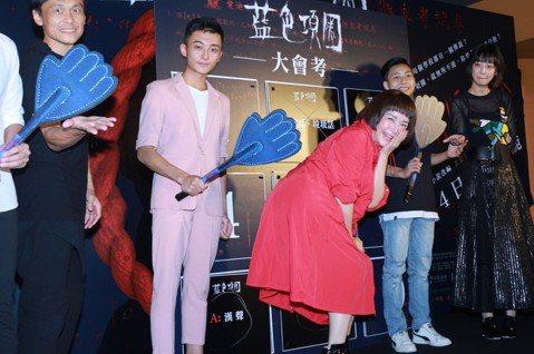 70年代俏皮玉女恬妞睽違台灣影壇多年,今年演出台灣電影「藍色項圈」,片中飾演校長,一改過去可愛討喜形象,飾演「女魔頭」校長,就連她都笑說,「一直以為演的是文藝愛情片,角色是個慈愛的校長,沒想到每個人...