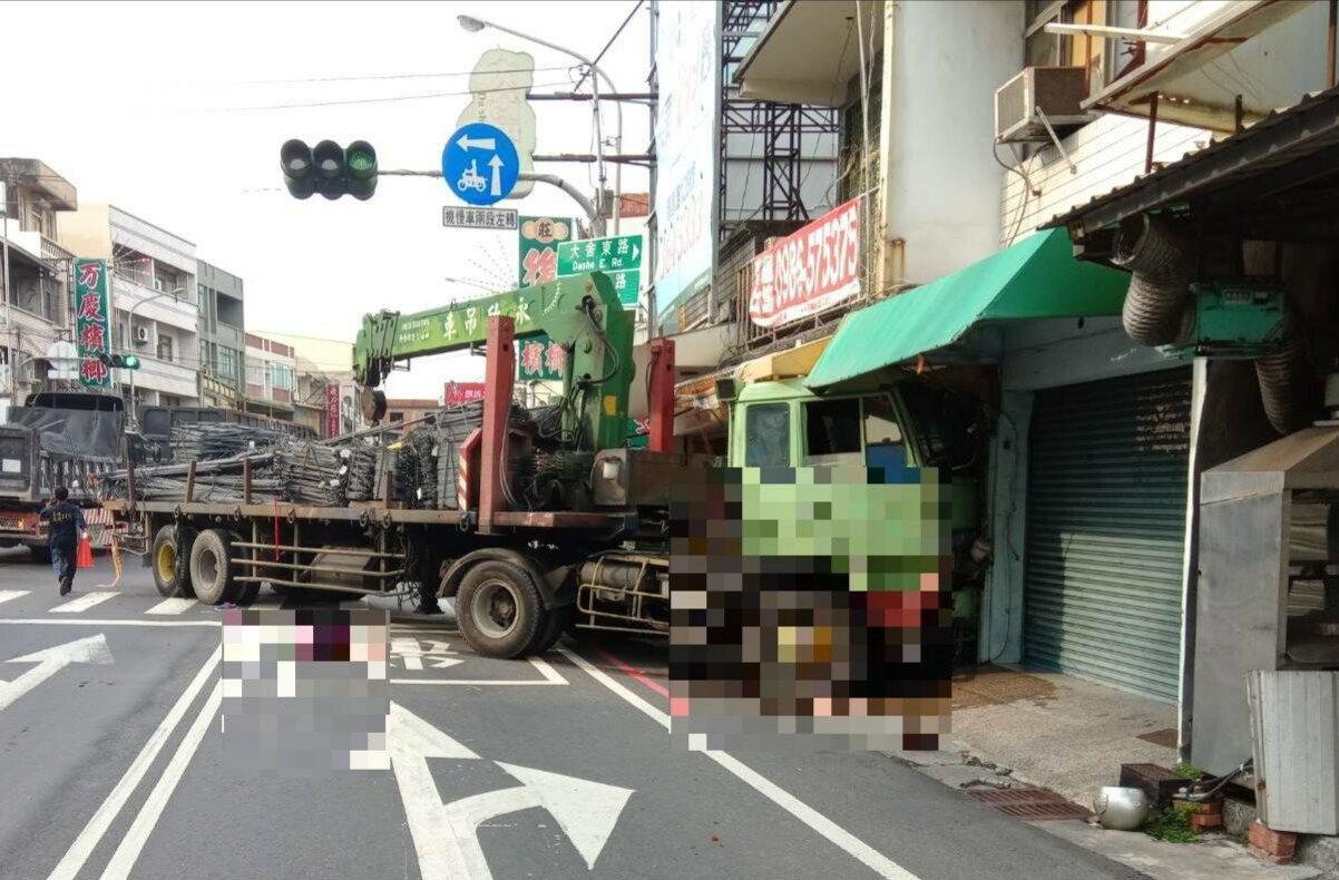 板車撞上騎機車的老夫婦後,撞到路旁民宅才停下。記者林保光/翻攝