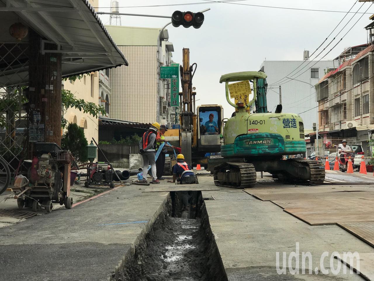 屏東縣潮州鎮近期都在進行自來水供水管線埋管工程,自來水公司預計年底前趕工完成後開...