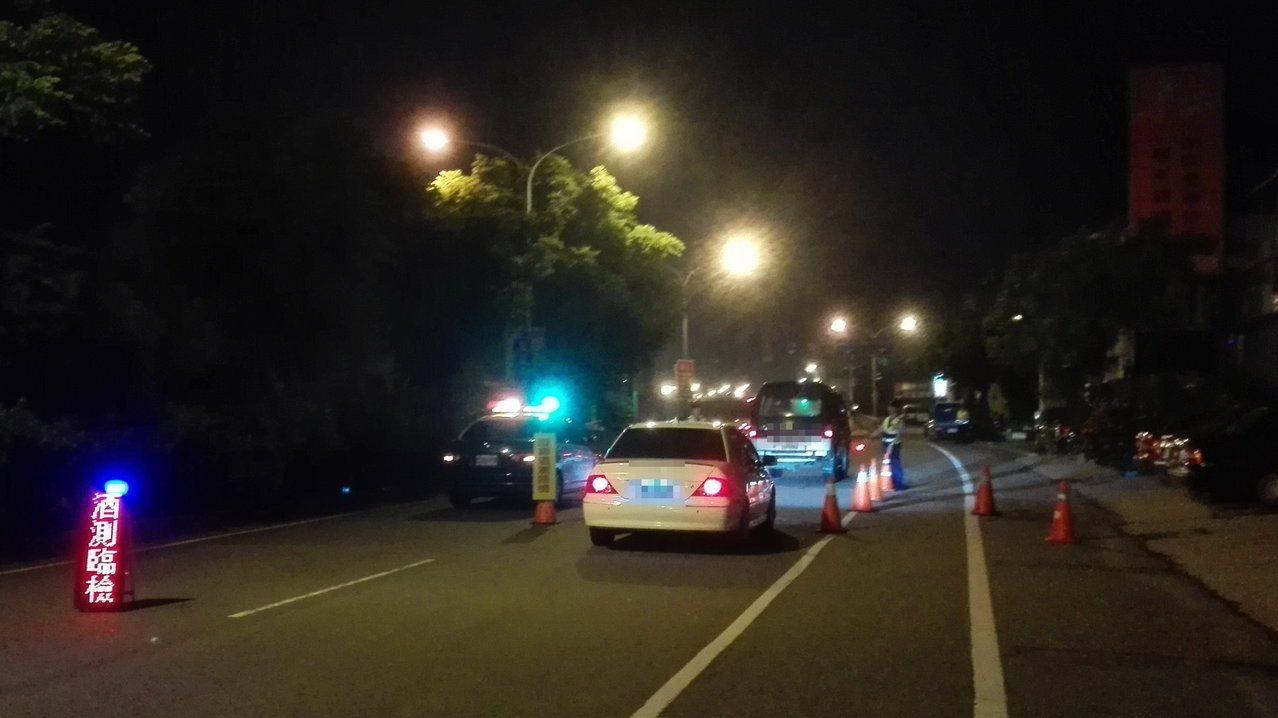 9月1日起拒檢加重罰則,苗栗縣警局交通隊除加強向民眾宣導,也加強員警交通法規教育...