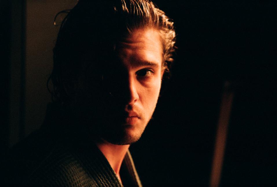 基特哈林頓在與才子導演合作的新片中,還是走陰鬱路線。圖/摘自imdb