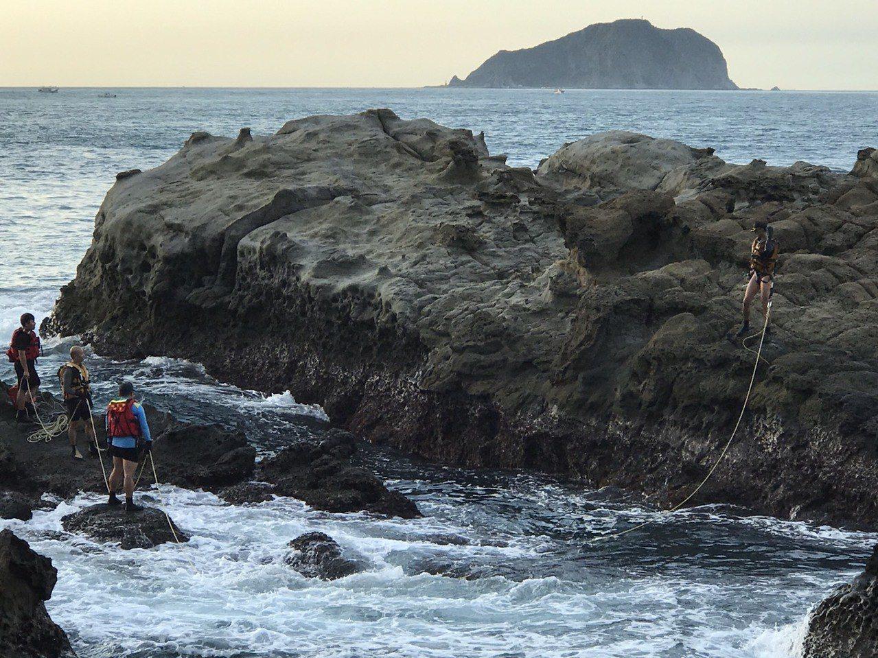 為剪斷釣客任意釘上的橫渡繩索,新北消防局瑞芳分隊今出動4員,綁上繩索、跳下海游到...