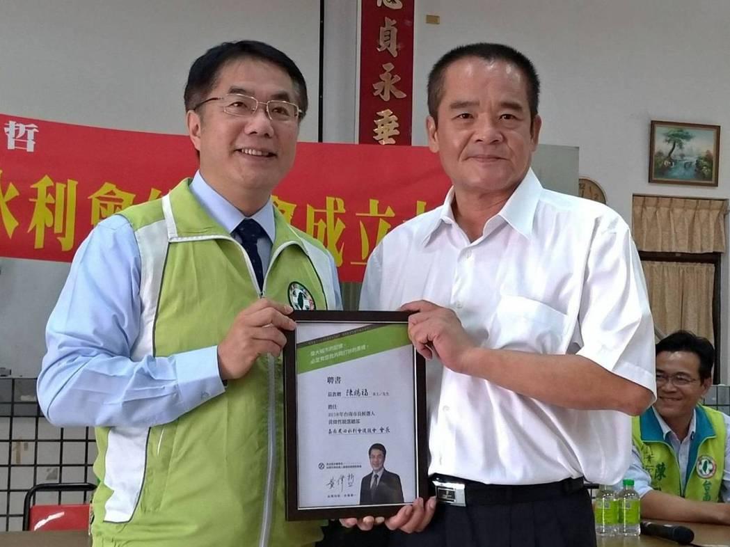 曾任六甲鄉代會主席的會務委員陳賜福(右)擔任後援會會長。圖/黃偉哲服務處提供
