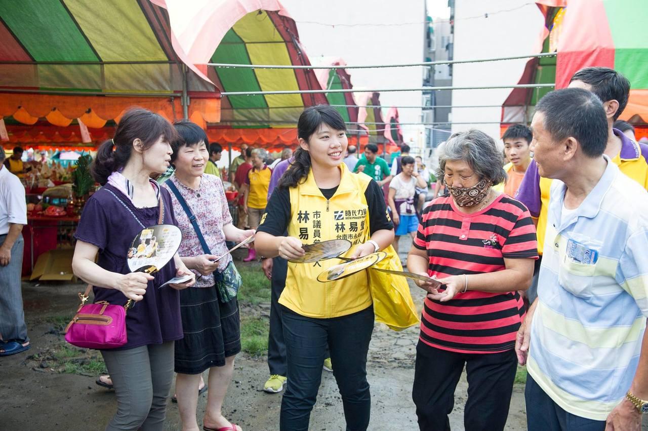 同選區時代力量南市議員參選人林易瑩因天氣炎熱製作涼扇。圖/林易瑩提供