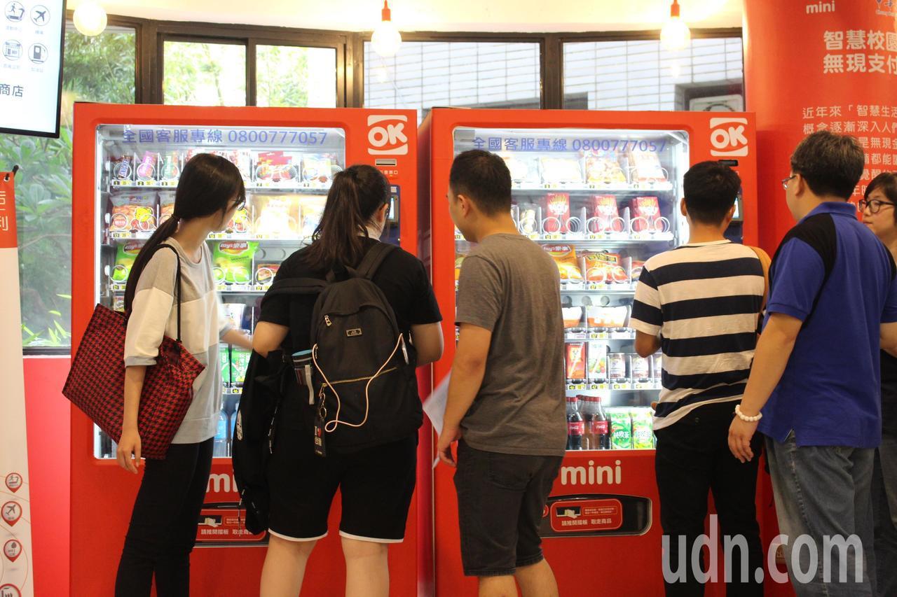 全台第一家校園Mini智慧商店今天在中華大學啟用。記者張雅婷/攝影