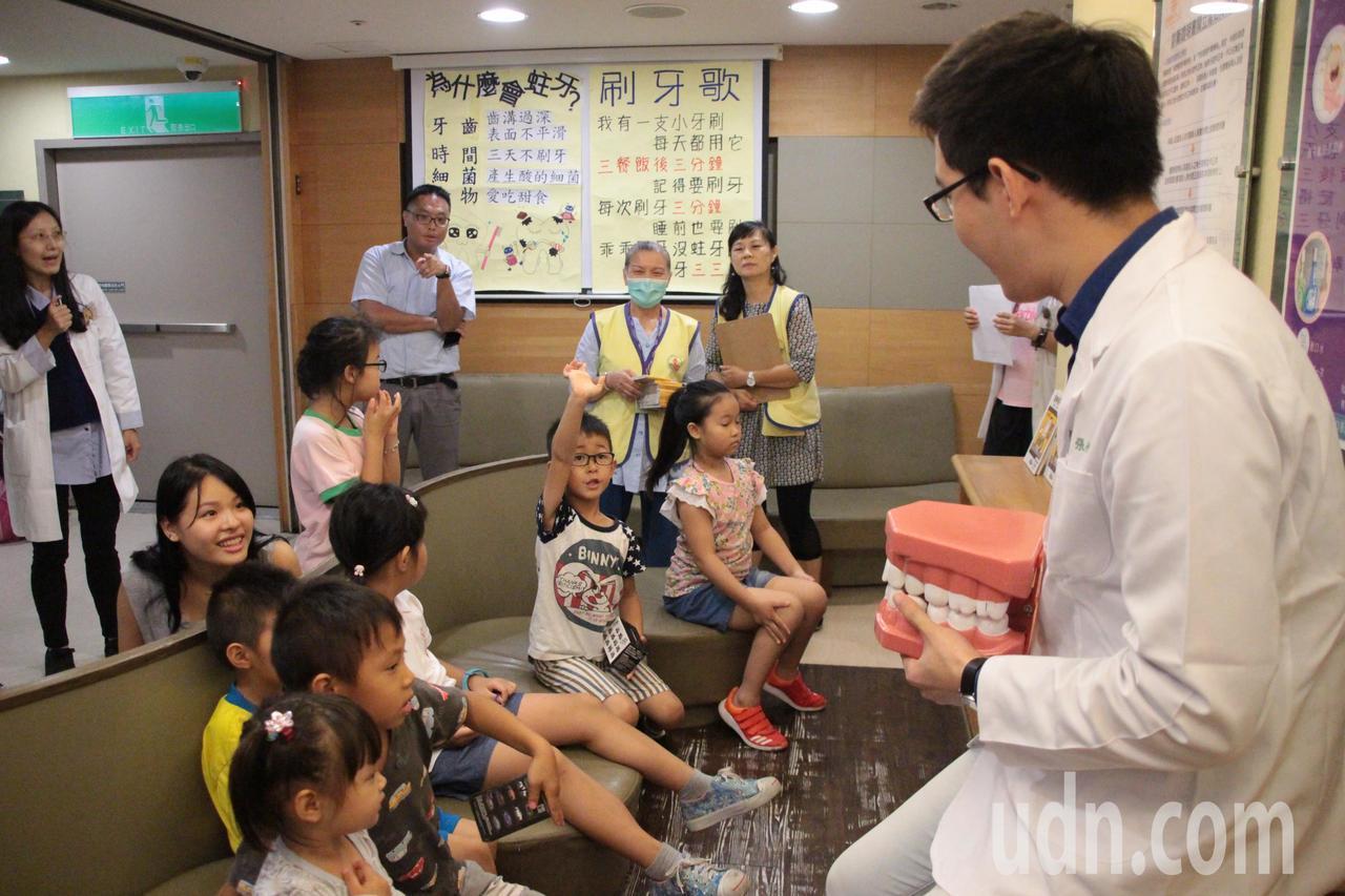 林口長庚紀念醫院規劃「兒童牙齒保健遊戲週」,兒童牙科醫師也改編兒歌小毛驢,改填詞...