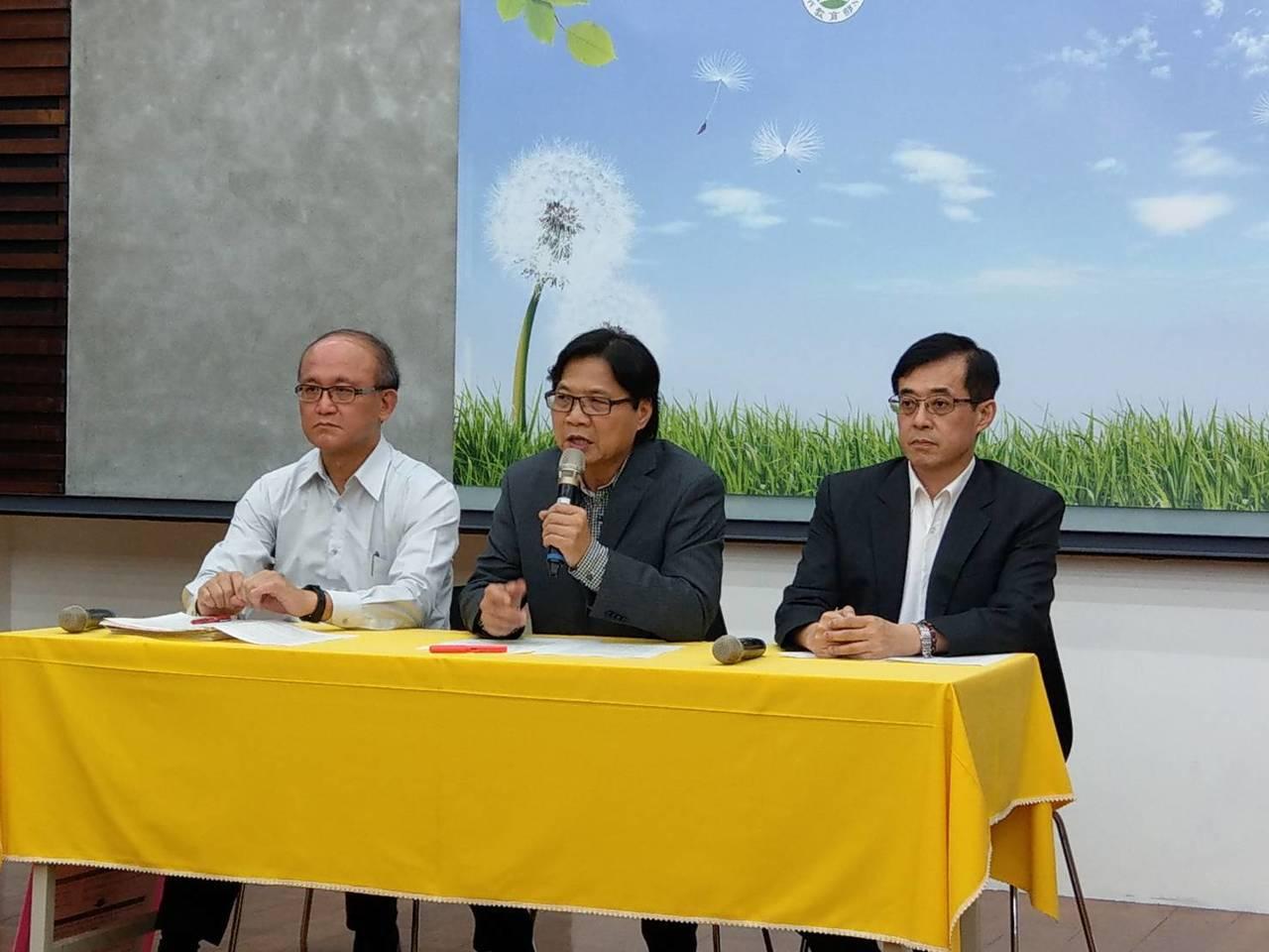 教育部長葉俊榮(中)下午召開臨時記者會,要求台大重啟校長遴選。記者張錦弘/攝影