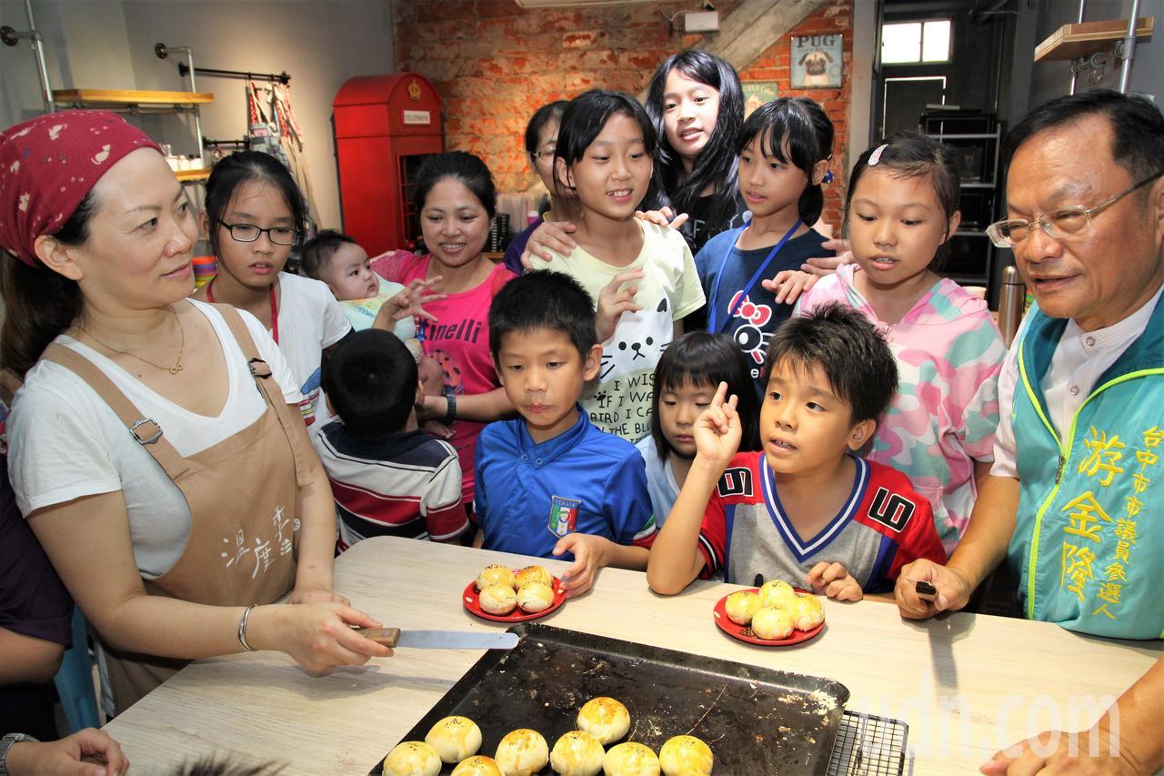 溫度季餐廳負責人馬瑞君(左)提供餐廳的DIY教室和餡料,協助弱勢兒童自己動手做月...