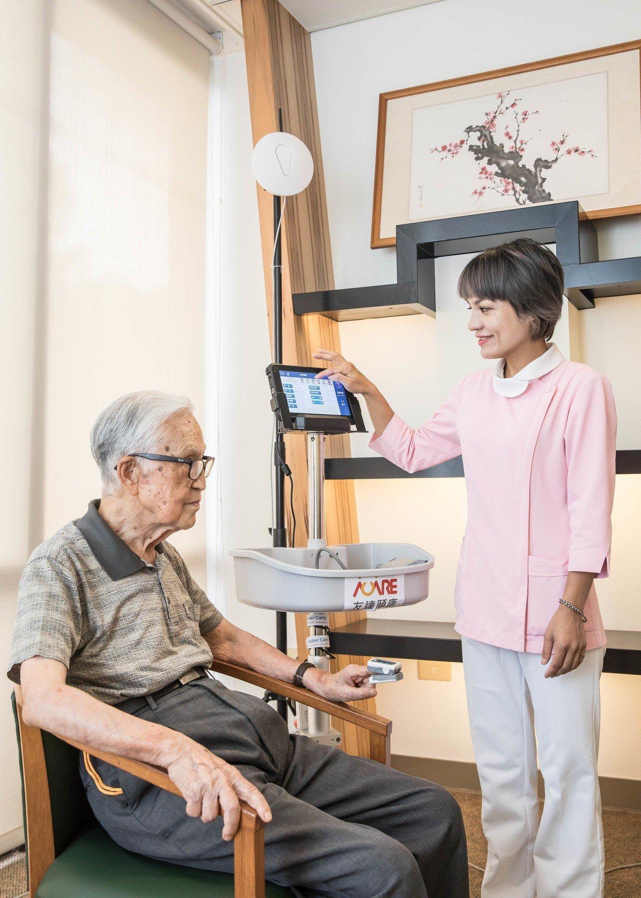 友達頤康生理量測方案,可透過行動護理機執行照護計畫,建立個人照護紀錄。 圖/友達...
