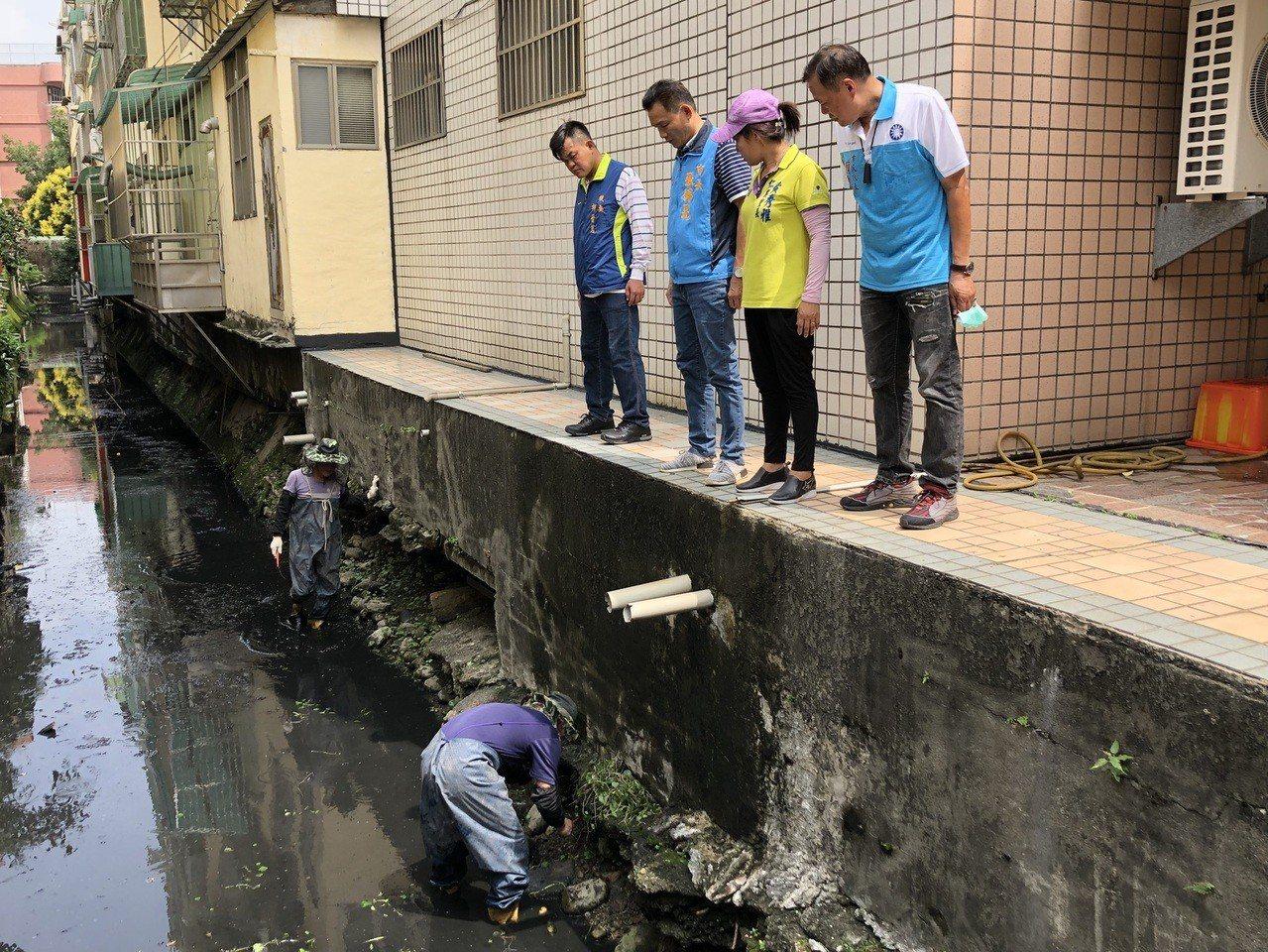 員林市清潔隊員今天到大同國附近社區的大排水溝進行清淤。記者何烱榮/攝影
