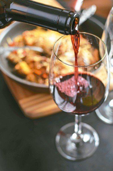 洋蔥紅酒則可在日常飲用。文獻指出,葡萄酒內含抗氧化多酚,加入生洋蔥可幫助預防心血...