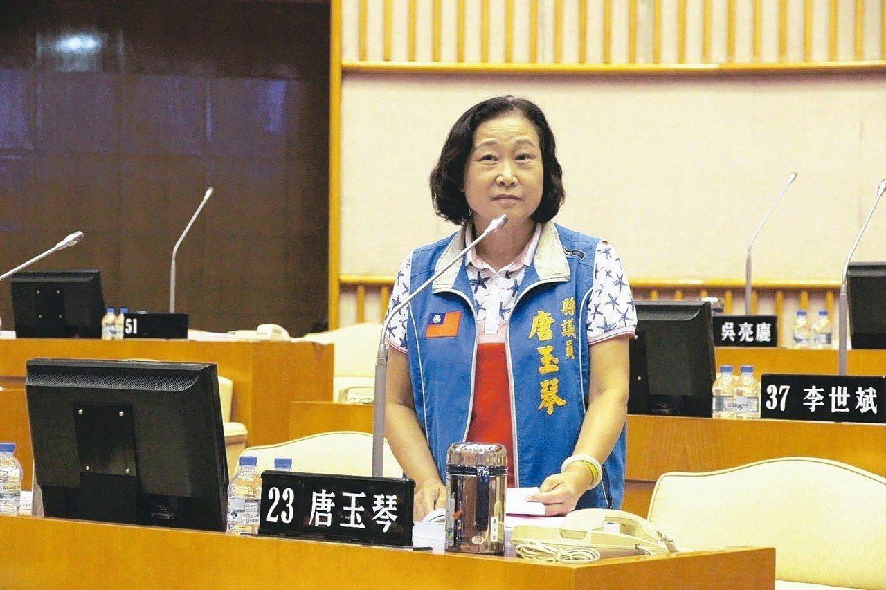 屏東縣議員唐玉琴昨天與縣議員蔣月惠在議會爆發口角。 記者翁禎霞/翻攝
