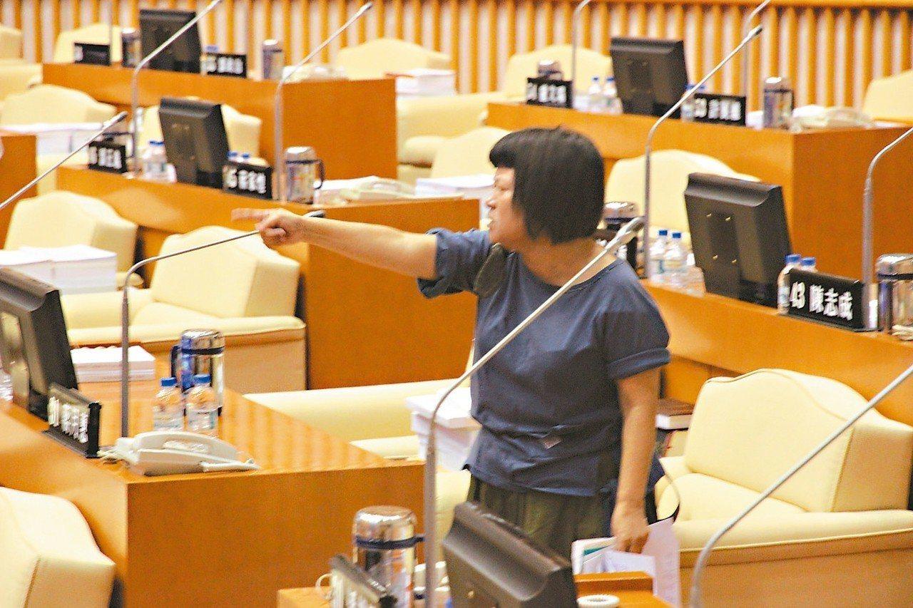 屏東縣議員蔣月惠昨天在議會與另一位女議員唐玉琴爆發口角,蔣月惠一度被請出議場。 ...