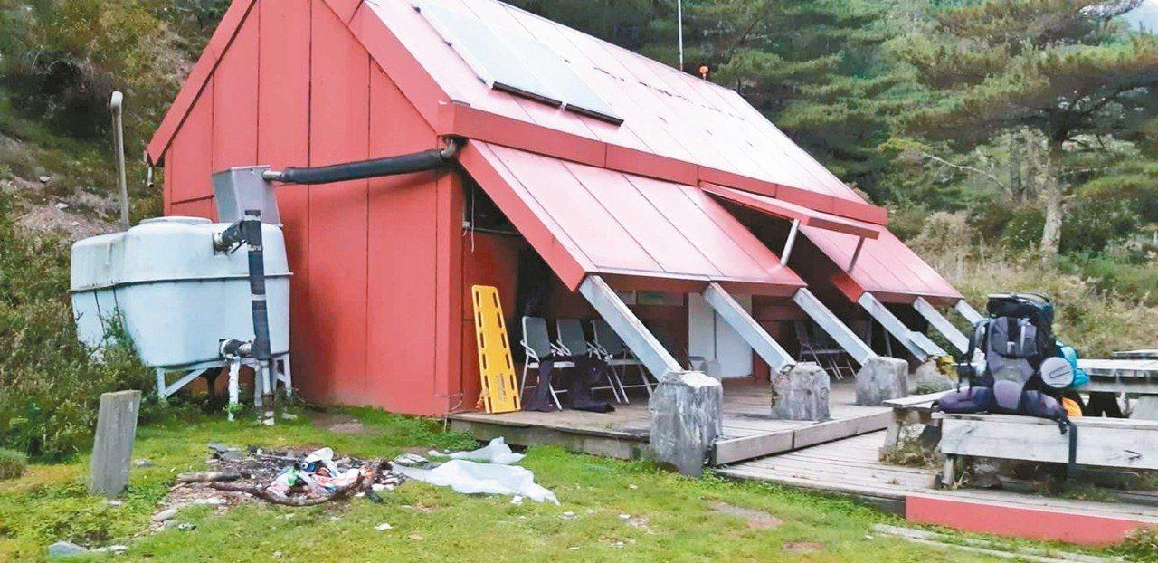 玉管處根據山友張貼照片,研判該焚燒垃圾地點應是在中央金礦山屋。 圖/登山健行自組...