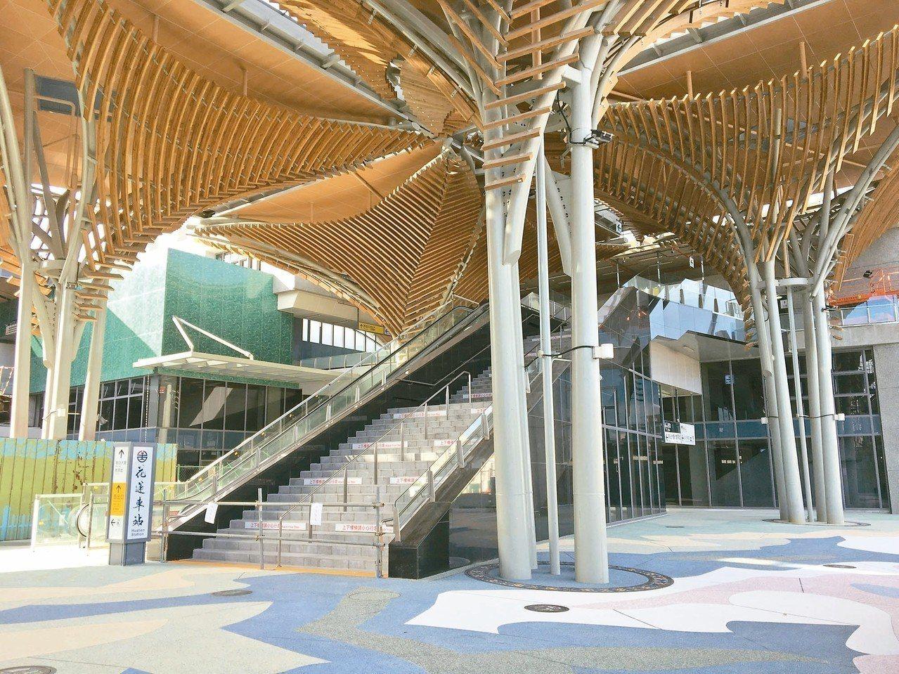 花蓮新車站改把過去局限在車站大廳的候車室延伸到站外,車站廣場設置10座南島特色傘...