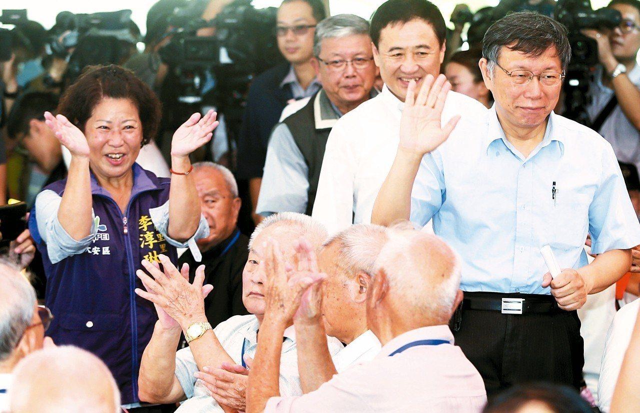 台北市長柯文哲(右)昨訪視芳蘭山國軍單身退員宿舍,並向鼓掌歡迎的榮民揮手致意。 ...