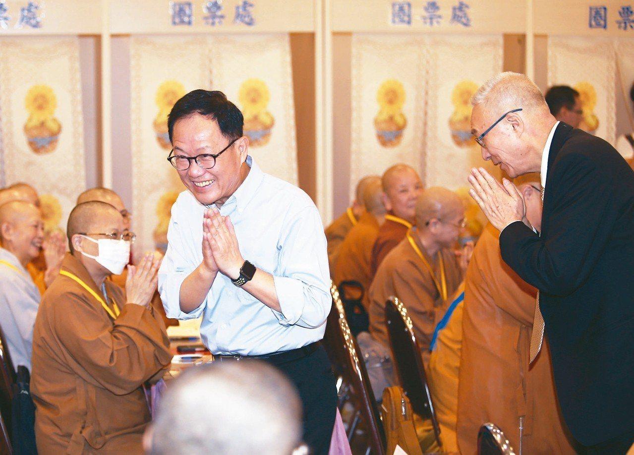 國民黨台北市長參選人丁守中(前左)昨天出席佛教會會員大會,雙手合十和法師致意,右...