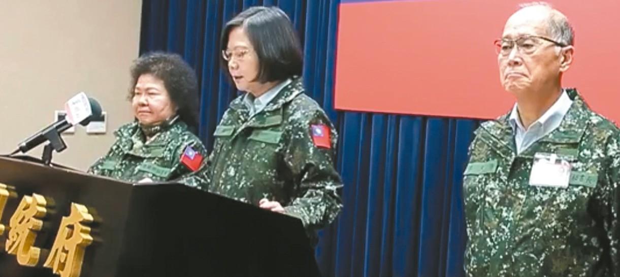 蔡英文總統和總統府秘書長陳菊等人在政軍演習時,於圓指所因應指揮,都穿上迷彩夾克。...