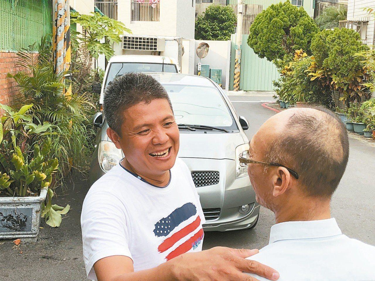 冤平協會志工(左)到謝家關心,為謝志宏的哥哥(右)加油打氣。 記者邵心杰/攝影