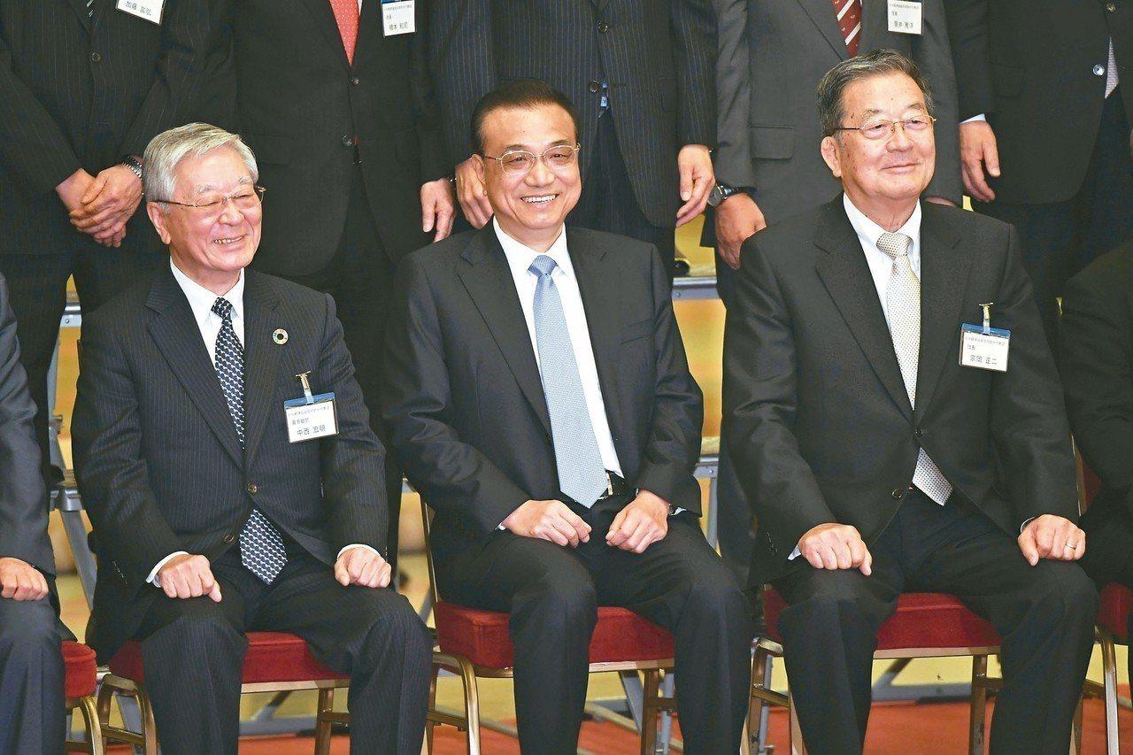大陸總理李克強(中)昨在北京會見日本經團聯主席中西宏明(左)與日中經濟協會主席宗...