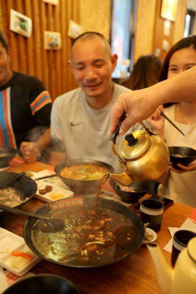 現宰溫體牛肉,經過特有湯頭汆燙過,口感更顯得香嫩Q彈。 記者葉英豪/攝影