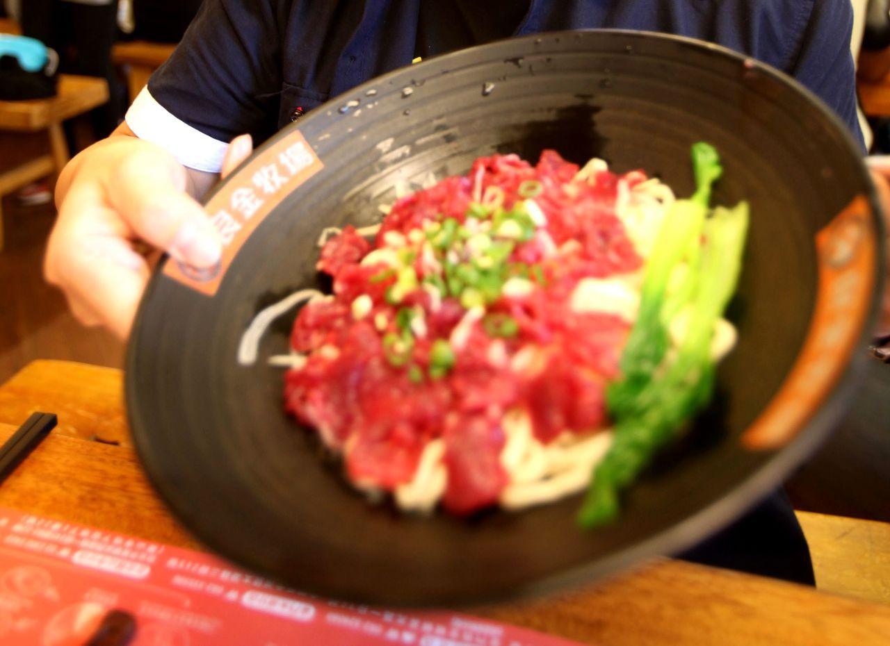 超新鮮的溫體牛肉麵,已經成為兩岸觀光遊客到金門必敗美食。 記者葉英豪/攝影