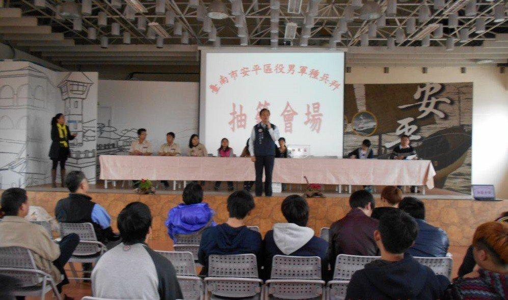 台南市民政局調查發現,3年後入伍服役的役男大幅減少2000多人,降幅約兩成,是往...