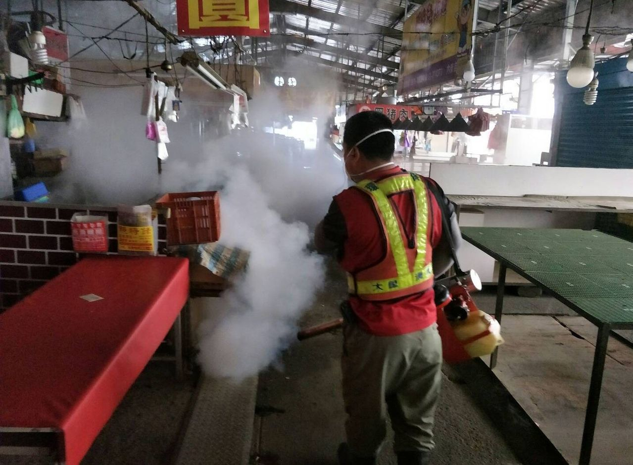 台中市政府擴大疫情熱區噴藥。圖/台中市政府提供