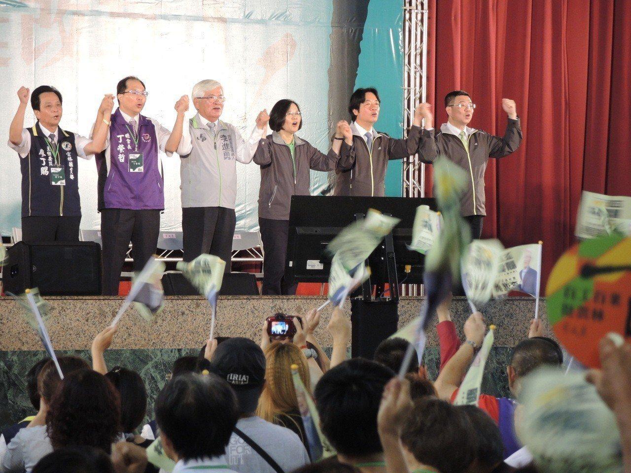 民進黨中央執政成績欠佳,民意出現藍綠大翻轉現象。 圖/聯合報系資料照片