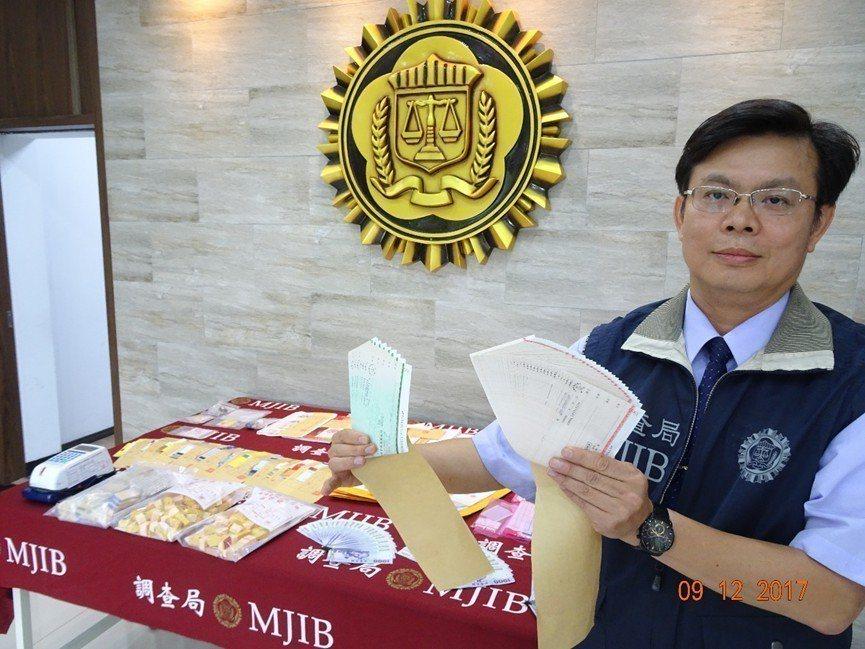 調查局北機站副主任陳彥有展示所查獲的空頭支票。 記者陳俊智/翻攝